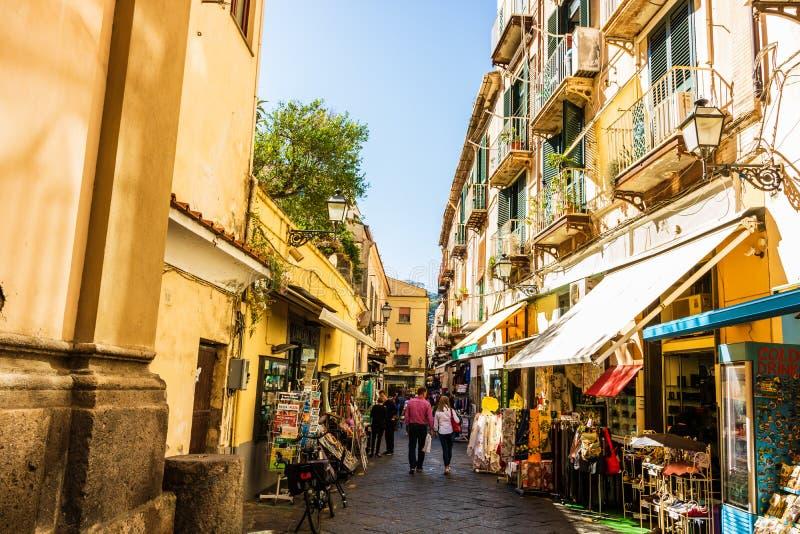 Pares que andam nas ruas estreitas de Sorrento, Itália Lojas locais em Sorrento foto de stock