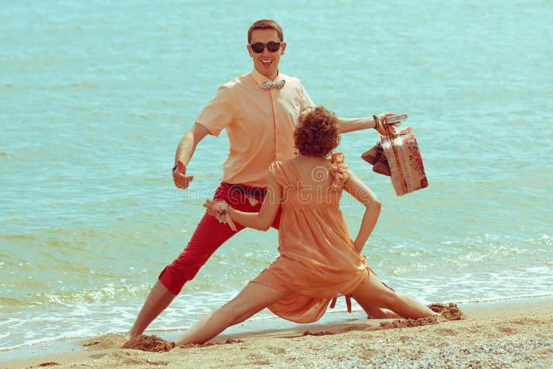 Pares que andam por Garça-real Os modernos casados felizes novos têm o divertimento imagem de stock royalty free