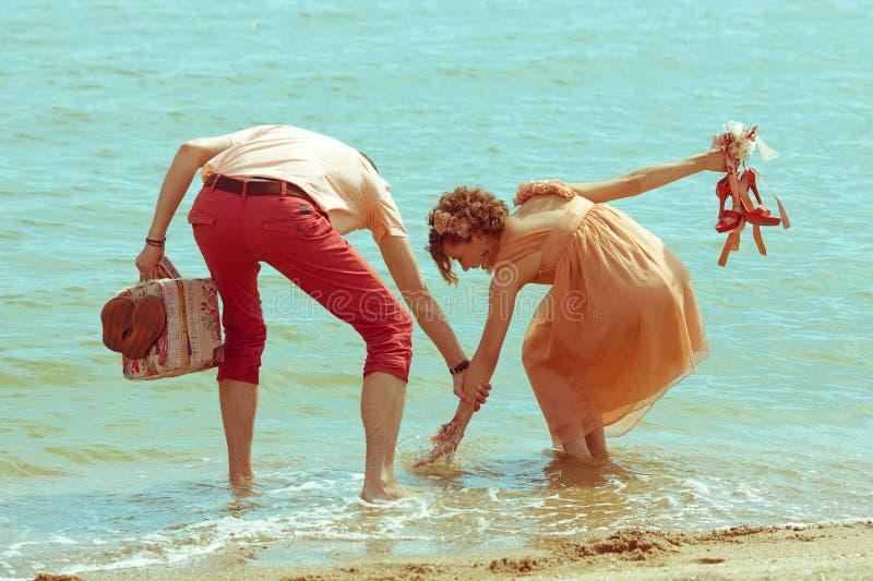 Pares que andam por Garça-real Os modernos casados felizes novos têm o divertimento fotos de stock