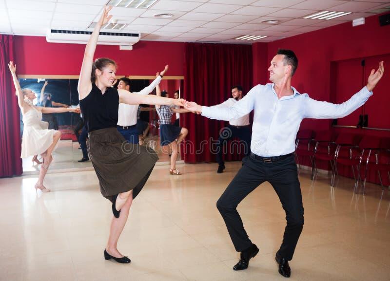 Pares que apreciam a dança-woogie ativa fotos de stock royalty free