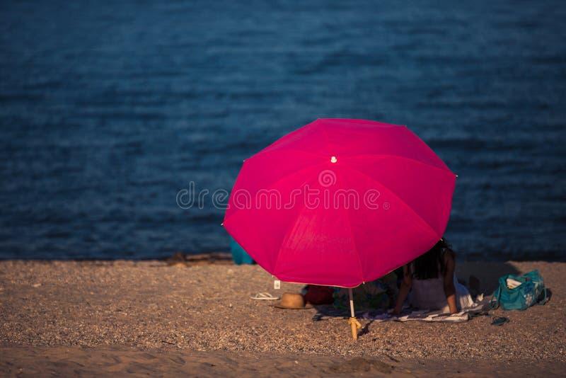 Pares que apreciam férias da praia fotos de stock royalty free