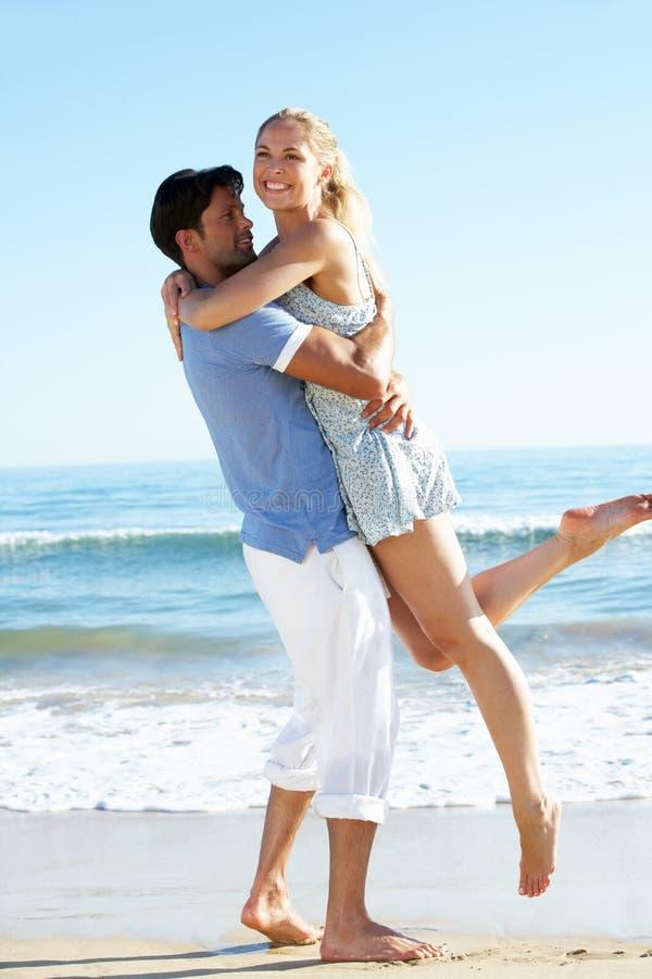 Pares que apreciam o feriado romântico da praia fotografia de stock