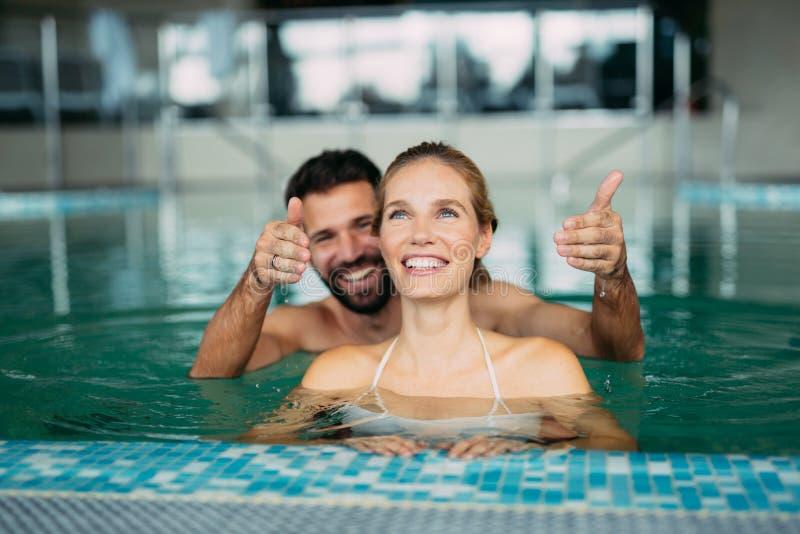 Pares que apreciam o fim de semana do bem-estar dos termas imagens de stock royalty free