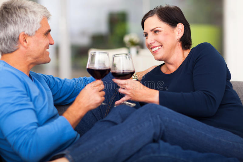 Pares que apreciam o vinho imagens de stock royalty free