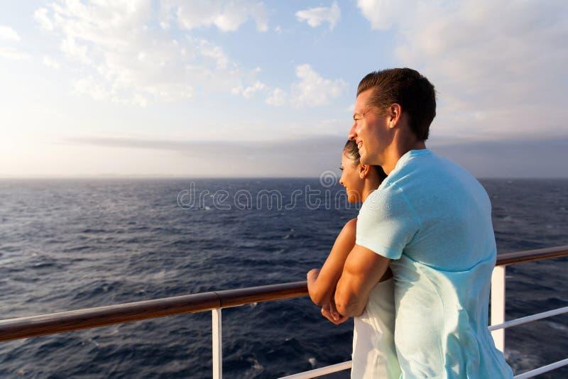 Pares que apreciam a opinião do mar fotografia de stock