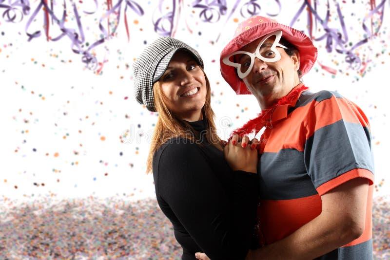 Pares que apreciam um partido do carnaval fotografia de stock