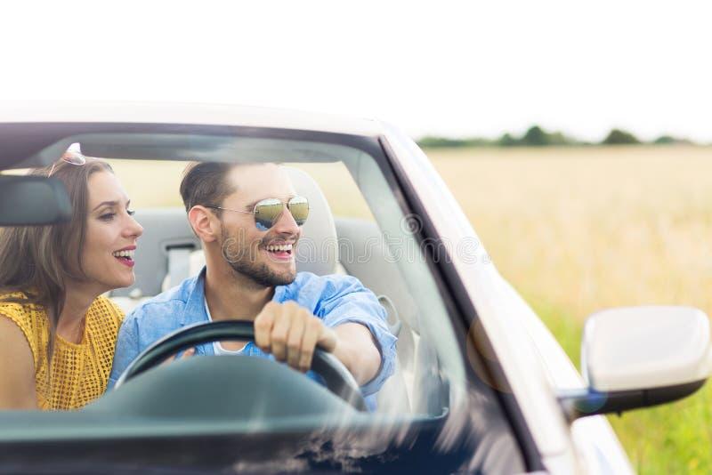 Pares que apreciam uma movimentação em um convertible imagem de stock royalty free
