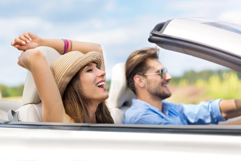 Pares que apreciam uma movimentação em um convertible foto de stock royalty free