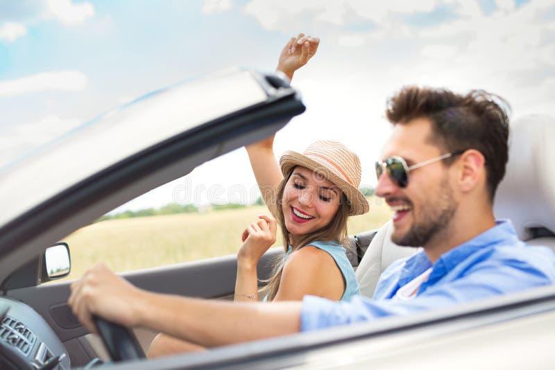 Pares que apreciam uma movimentação em um convertible fotos de stock royalty free