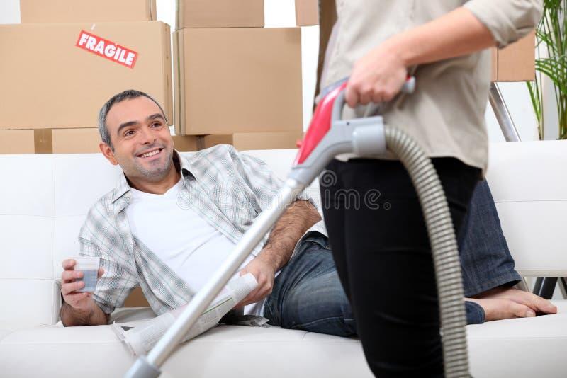 Pares que arreglan su nuevo apartamento foto de archivo