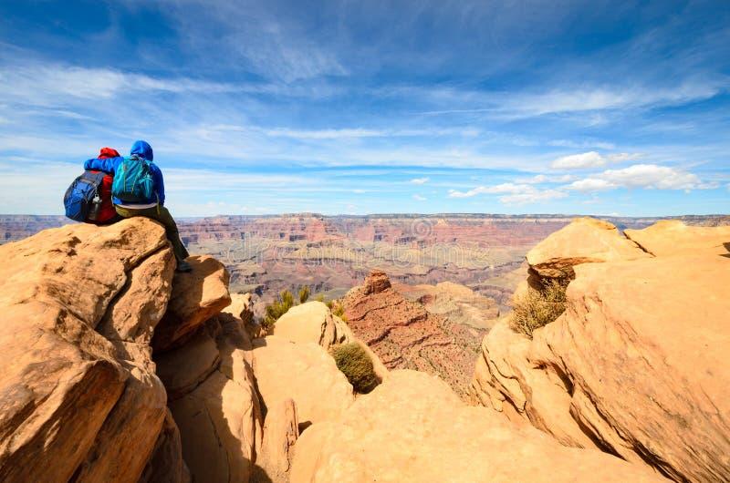 Pares que aventuram-se em Grand Canyon fotografia de stock