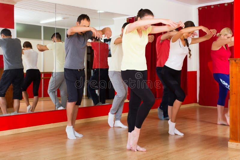 Pares que bailan danza moderna del estilo fotos de archivo