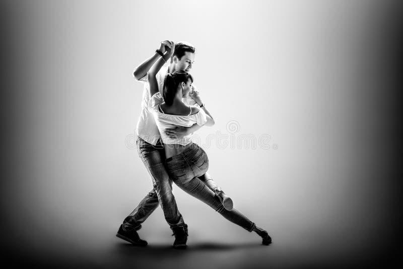 Pares que bailan el danse social imágenes de archivo libres de regalías