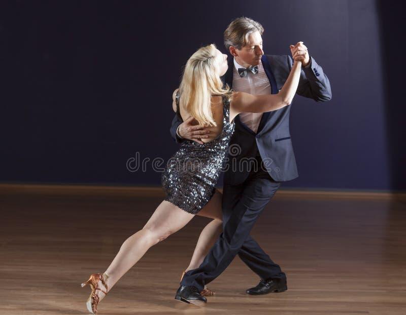 Pares que bailan el tango imagen de archivo libre de regalías