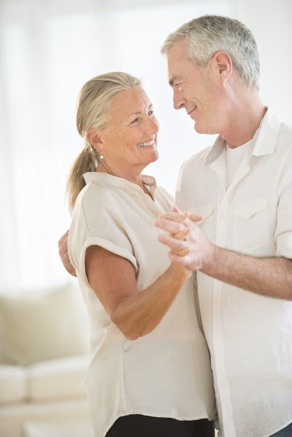 Pares que bailan en casa imagen de archivo libre de regalías