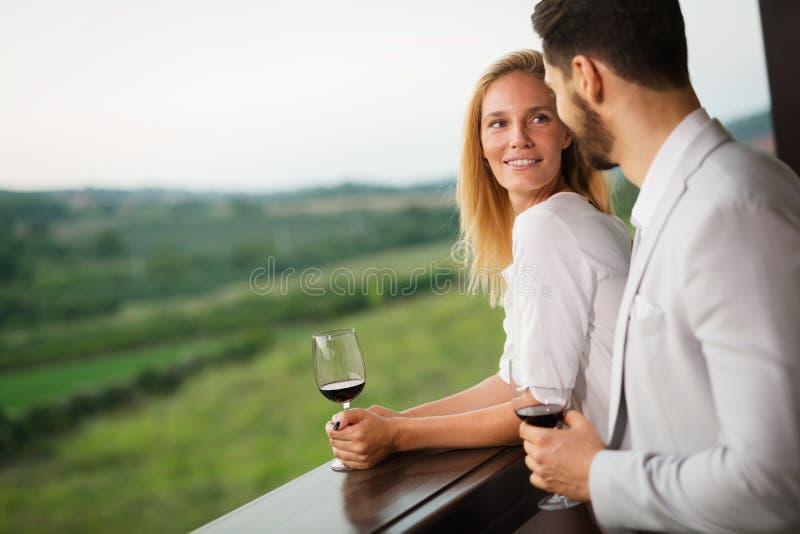 Pares que beben el vino rojo fotografía de archivo