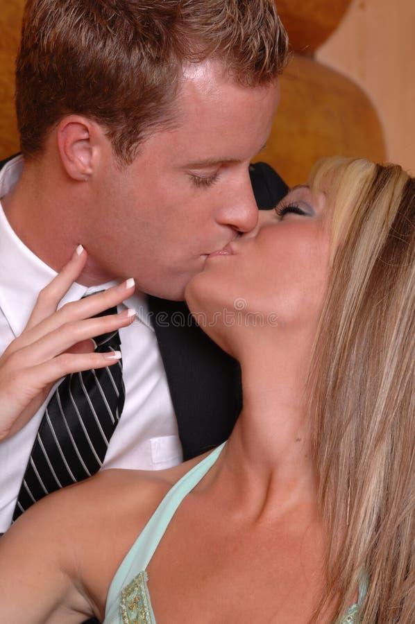 Pares que beijam com toque da paixão imagem de stock royalty free