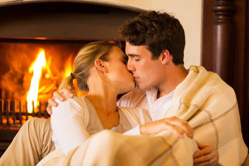 Pares que beijam em casa foto de stock