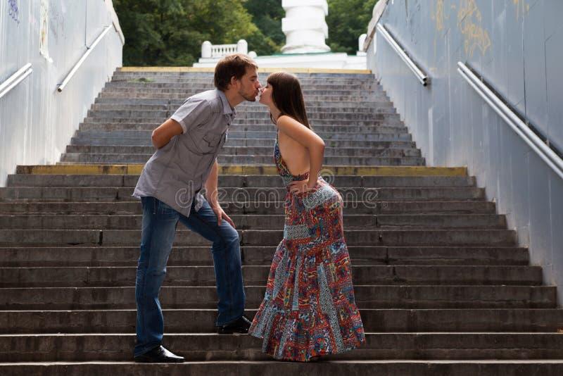 Pares que beijam em escadas em um túnel foto de stock