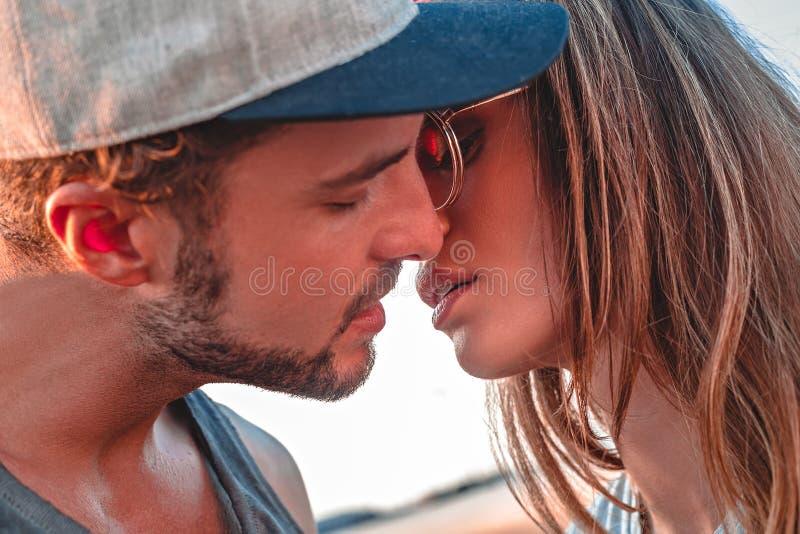 Pares que beijam fora fotografia de stock royalty free