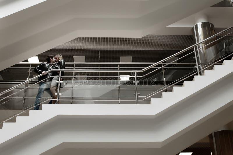 Pares que beijam na escadaria imagem de stock royalty free