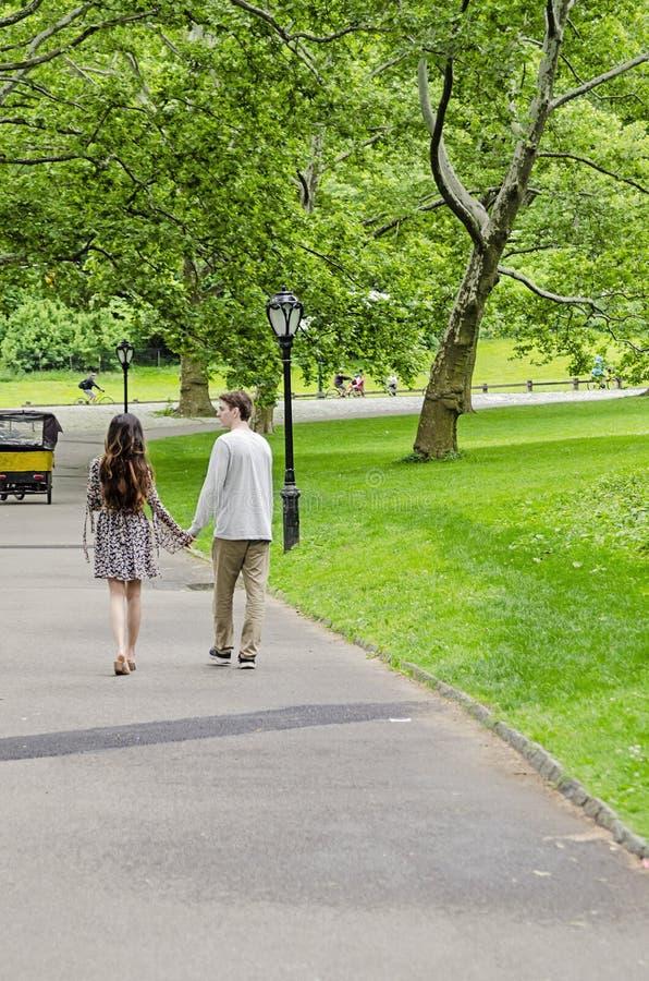 Pares que caminan en Central Park en New York City imagenes de archivo