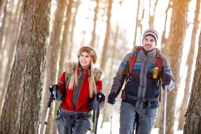 Pares que caminan en invierno en la montaña imagen de archivo libre de regalías