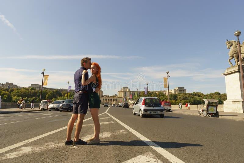Pares que caminan en las calles de París fotografía de archivo libre de regalías