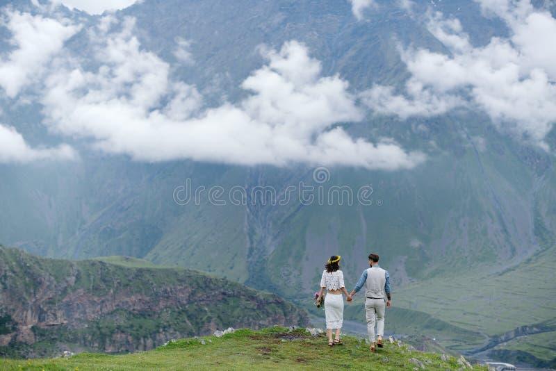 pares que caminan en las montañas imagen de archivo libre de regalías