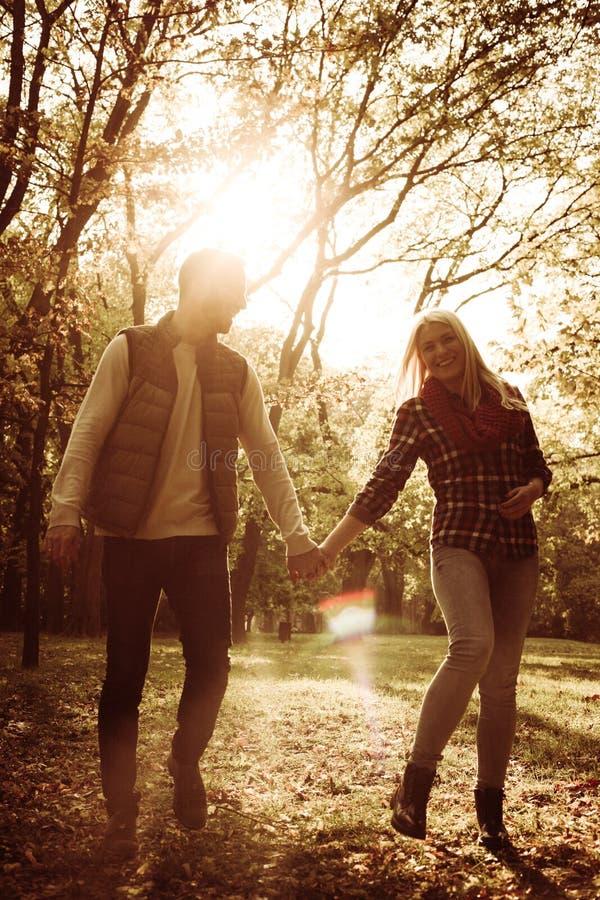 Pares que caminan en parque y que tienen conversación fotografía de archivo libre de regalías