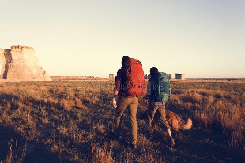 Pares que caminan junto en el desierto fotografía de archivo