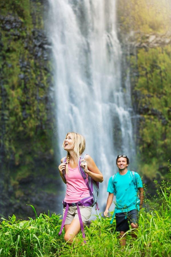 Pares que caminan a la cascada threeling fotografía de archivo libre de regalías