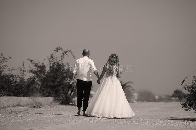 Pares que caminan, lado trasero de la boda imagenes de archivo