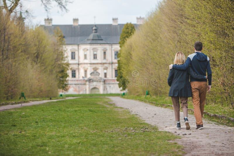 Pares que caminan por el callejón delante del castillo viejo de la belleza imágenes de archivo libres de regalías