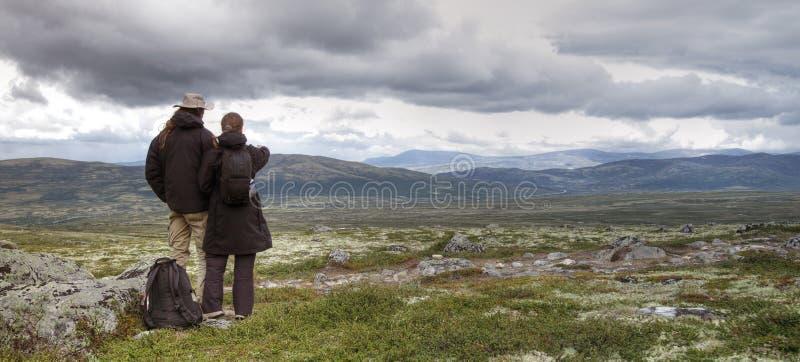 Pares que caminham em Noruega foto de stock royalty free