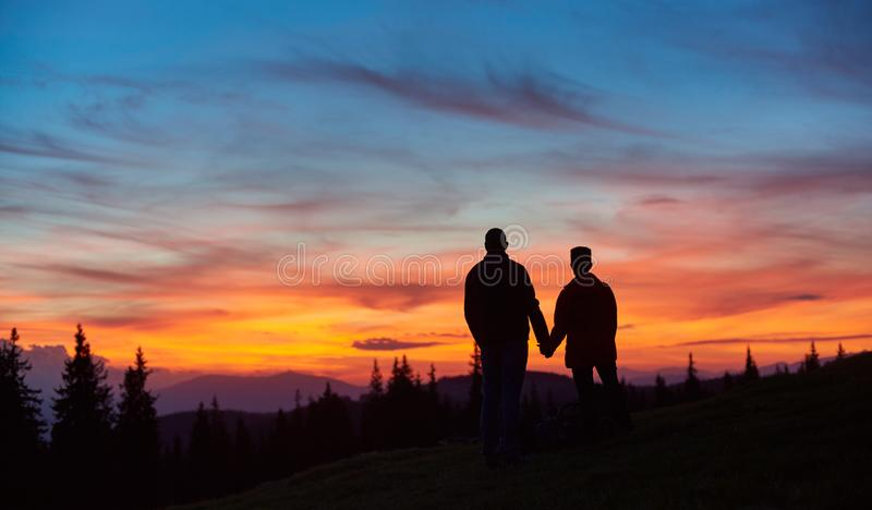 Pares que caminham nas montanhas junto foto de stock royalty free