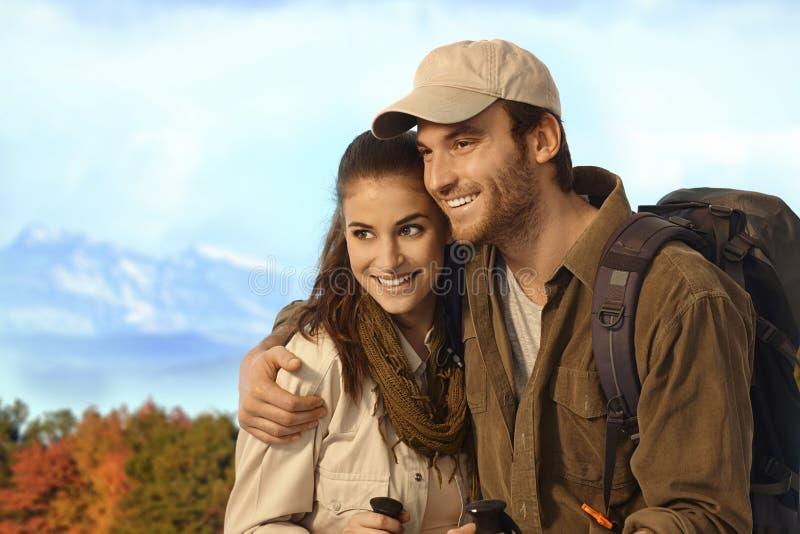 Pares que caminham no cenário do outono fotografia de stock royalty free