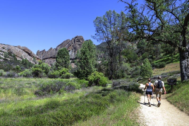Pares que caminham o parque nacional dos pináculos em Monterey County fotografia de stock royalty free
