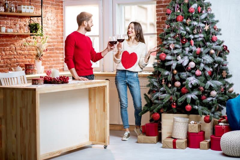Pares que celebran días de fiesta del Año Nuevo en casa imagen de archivo libre de regalías