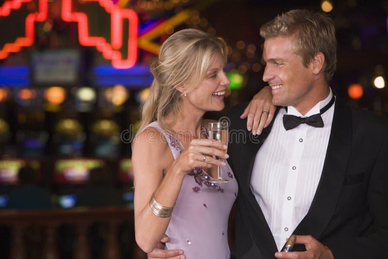 Pares que celebran en casino foto de archivo