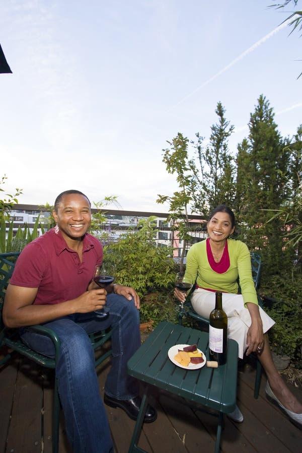 Pares que cenan al aire libre fotografía de archivo