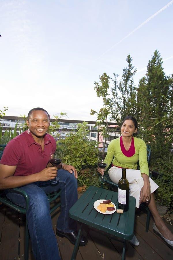 Pares que cenan al aire libre fotos de archivo libres de regalías