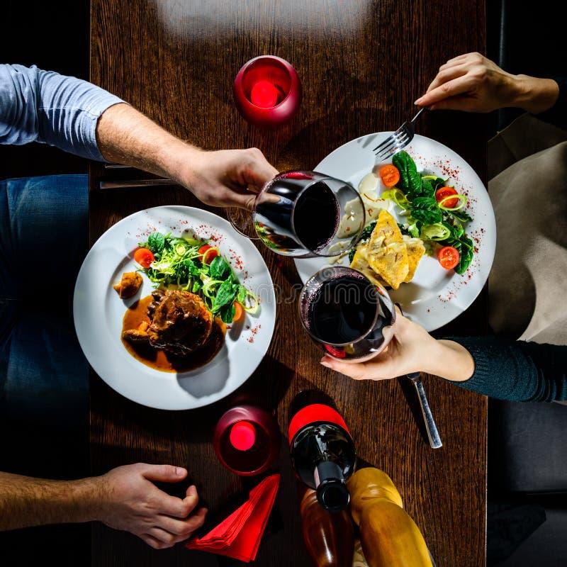 Pares que cenan romántico en restaurante fotos de archivo