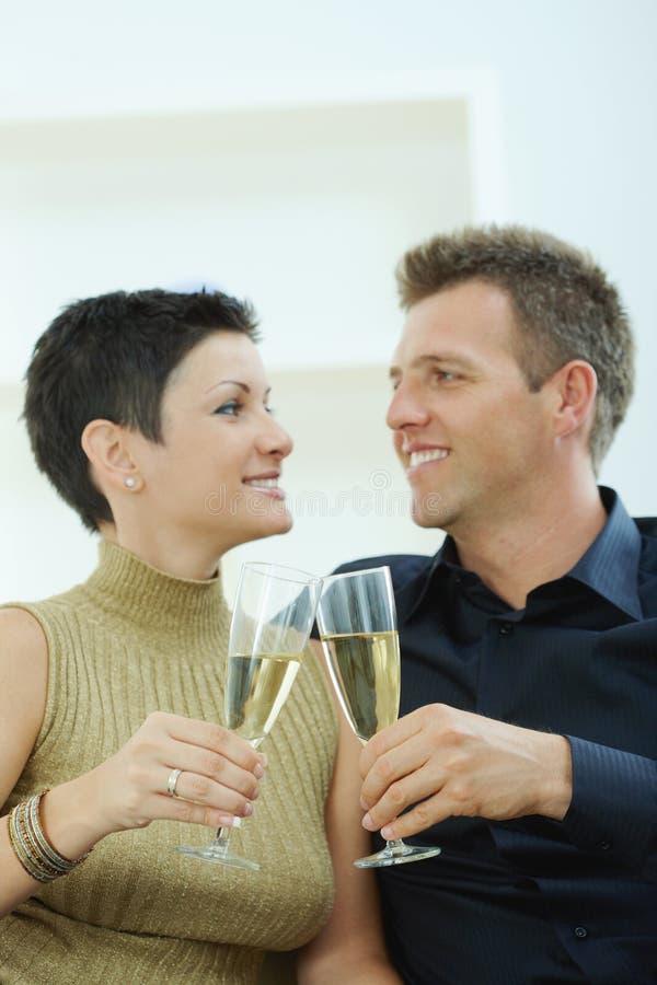 Pares que clinking com champanhe imagem de stock royalty free