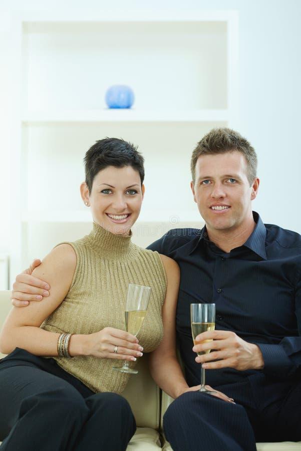 Pares que clinking com champanhe imagens de stock royalty free