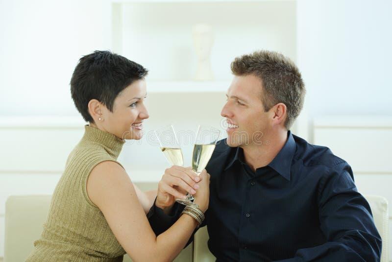 Pares que clinking com champanhe imagens de stock