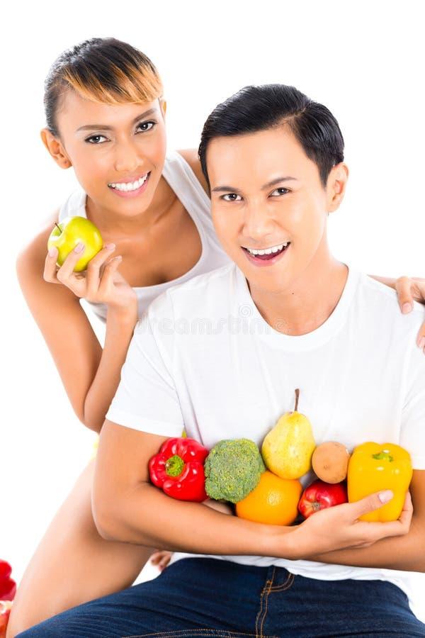 Pares que comem e que vivem saudáveis imagens de stock royalty free