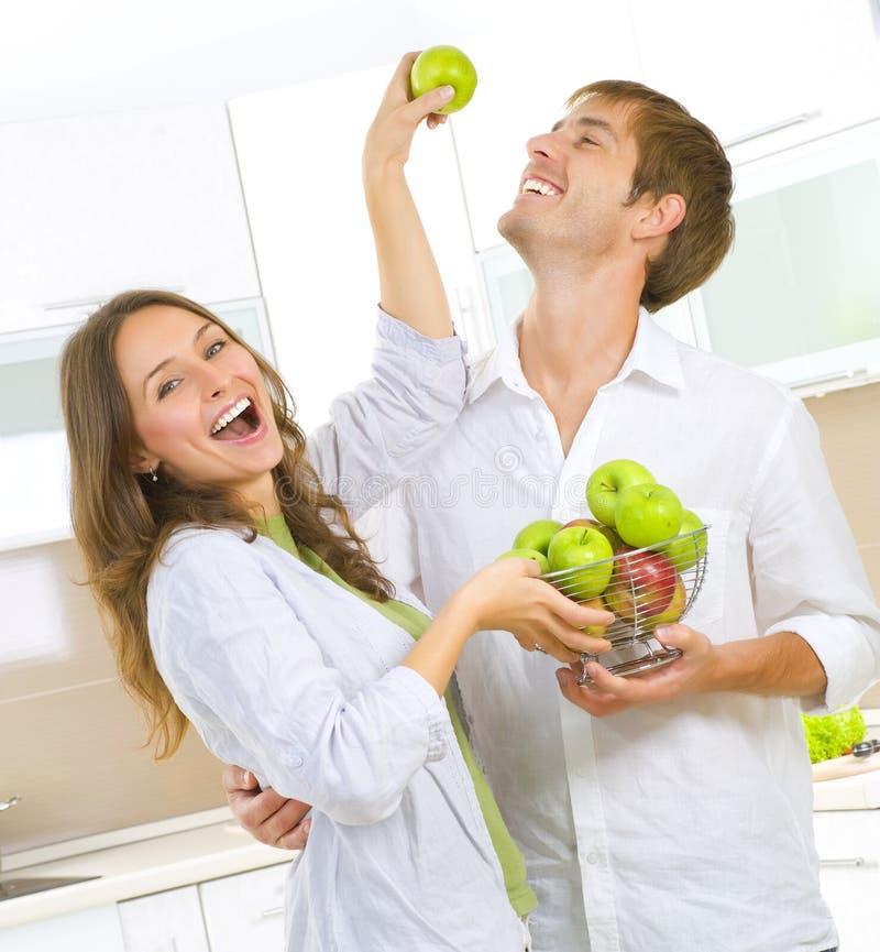 Pares que comem frutas frescas