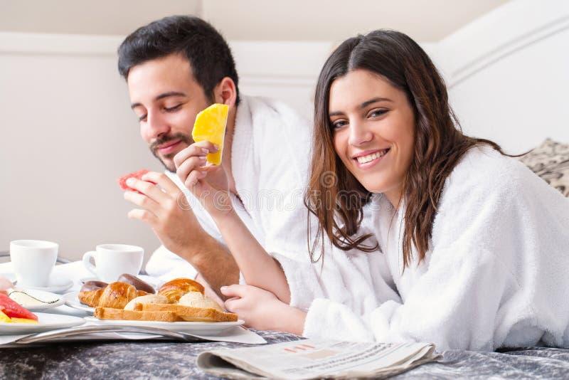 Pares que comem o café da manhã na sala de hotel imagem de stock royalty free