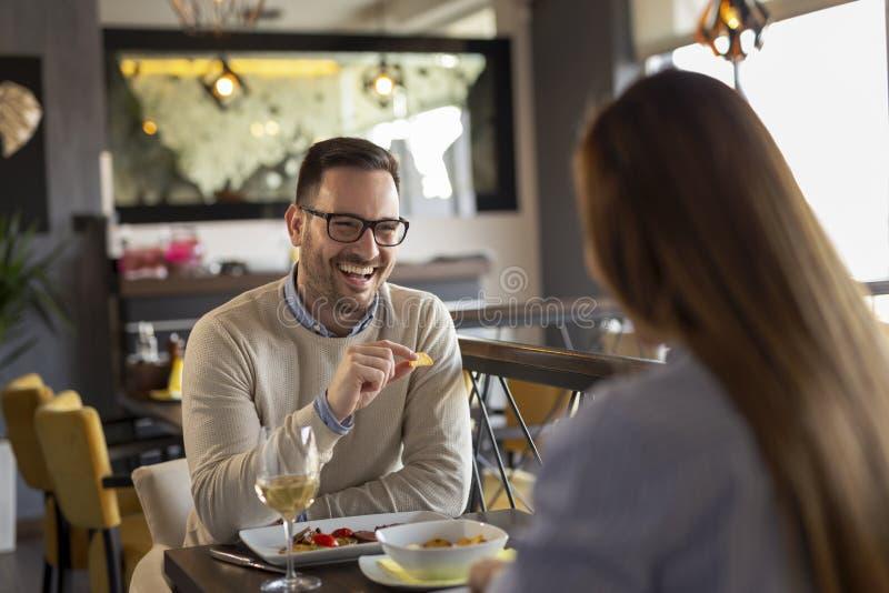 Pares que comem o jantar em um restaurante fotos de stock royalty free